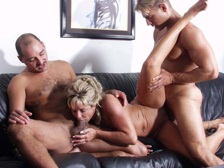Пожилая блондинка трахнулась с двумя парнями